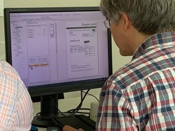 Typische Testsituation in Siegen. Detlef Girke bei der Testung im Hause bitfarm am Bildschirm
